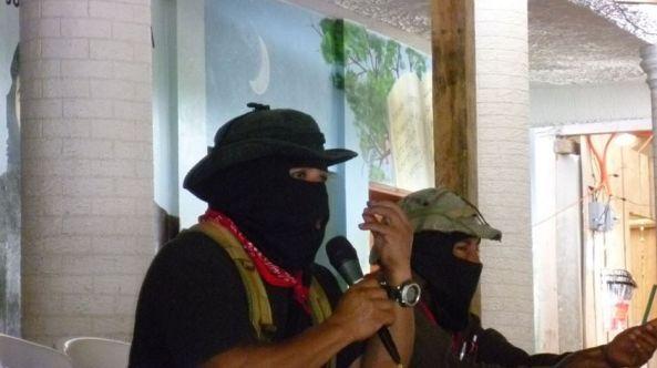 Foto de Zapateando: https://zapateando.wordpress.com/2014/08/13/sub-moises-en-conferencia-de-prensa-con-medios-libres-autonomos-alternativos-o-como-se-llamen/