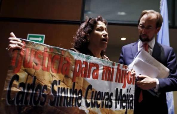 Lourdes MEjía junto al Comisionado de la comisión interamericana de derechos humanos en octubre de 2015, fuente: http://news.trust.org//item/20151008040840-lsfil/
